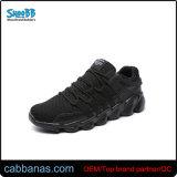 Los hombres y mujeres en blanco y negro la ejecución de los zapatos deportivos
