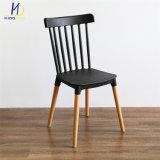 2018 Nuevo diseño de silla de plástico con patas de madera silla Restaurante