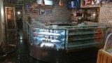 Governo refrigerato torta della visualizzazione del forno con la base di marmo