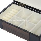 暗い木製旅行ケースの宝石箱の手によって並べられるSuededファブリック