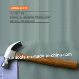 La mano del hardware della costruzione H-111 lavora il tipo martello da carpentiere dell'Italia con la maniglia di legno
