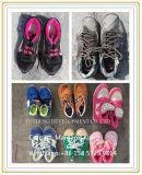 Вторая используемая рука обувает оптом используемое сбывание ботинок свободно в большом части
