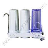 Filtre à eau domestique en trois étapes sur la table