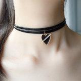 De nieuwe Halsband van de Nauwsluitende halsketting van de Ketting van het Leer van de Tendens Dubbele met de Epoxy Gouden Kleur van het Email een Pijl door een Tegenhanger van het Hart