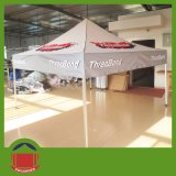يتاجر عرض خيمة مع طباعة