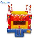 誕生日おめでとうの主題の膨脹可能な弾力がある城、小さい子供の警備員