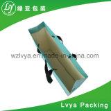 Forma que envolve o saco de papel de embalagem do presente da compra com punho