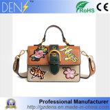 最新の刺繍衝突カラーメッセンジャーのショルダー・バッグPUの女性のハンドバッグ