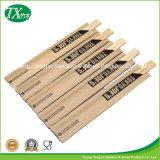 De Eetstokjes van het bamboe met het Document van Kraftpapier of Bruine Peper