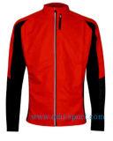 남자의 빨간 긴 소매 재킷 또는 순환 저어지