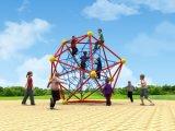 Capretti di divertimento della sosta di ginnastica che arrampicano rete