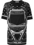 기하학적 설계를 가진 주문 여자의 우연한 t-셔츠