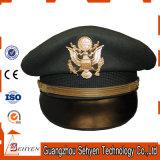 O oficial de autorização militar repicou o tampão com logotipo do metal