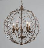 Esfera do vintage que termina o candelabro floral tradicional do cristal da forma