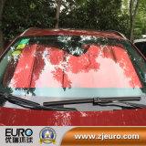 Carro colorido usando sombra de sol