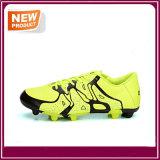 人の方法新しい屋外のサッカーのフットボールの靴