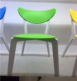 Plastikstuhl mit den festes Holz-Beinen für Gaststätte Eames Stuhl