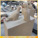 Pierre tombale avec des oiseaux sculptés