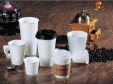 Wegwerfpapiercup für heißen Kaffee mit dem Firmenzeichen gedruckt