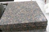 Natura камня балтийских коричневого гранита на кухонном столе/слоя