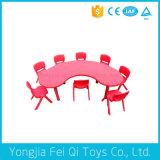Pädagogisches Geräten-Plastikmond-Form-Tisch und Stuhl
