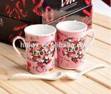 Tazze di ceramica romantiche delle coppie per il regalo del biglietto di S. Valentino con il cucchiaio in contenitore di regalo