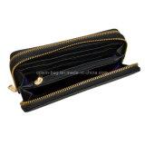 なされるPUの革は人の札入れかクラッチの財布の生物ファスナーを締める