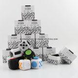 Les cubes en personne remuante soulage la tension et l'inquiétude pour des enfants et des adultes