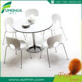 Table ronde en stratifié compacte utilisée dans le café