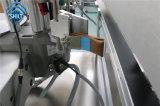 Двойник загоняет автоматическую машину для прикрепления этикеток в угол коробки clm-S