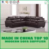 アメリカの古典的な居間の本革のコーナーのソファー