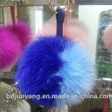 Le belle sfere sfocate della pelliccia POM Keychain hanno tinto il Pompom della pelliccia di Fox