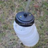 BPA geben trinkende Plastikflasche mit Stroh frei