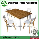 Tabela barata e cadeiras de madeira da sala de jantar ajustadas