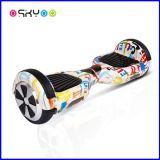 2人の車輪の子供の電気スケートボードの子供のスクーターのバランスをとっている小型自己