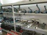 A junta do lado da linha de vedação mais a máquina com sistema de corte
