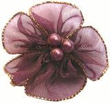Curva lateral dourada da fita da flor de Organza com três grânulos