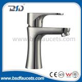 Il singolo rubinetto di acqua della cucina della leva con gira un becco da 180 gradi