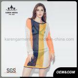 女性の長い袖の背部が開いたしまのある網のセクシーな服