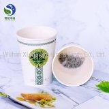 Gedrucktes Tee-Papiercup mit dem versteckten Tee wegnehmen