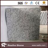磨かれたスプレーの白いまたは波の白い花こう岩の平板かタイル