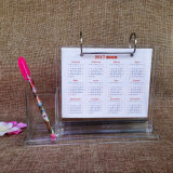 ペンのホールダーが付いているアクリルのプラスチック卓上カレンダーの立場