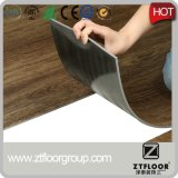 Blocage de cliquetis de plancher de planche de vinyle contre la peau et le bâton