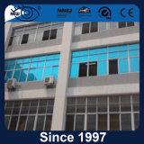 La plata y azul de la visión de una forma de lámina edificio