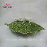Il condimento di ceramica multiuso servisce i piatti dell'antipasto, il padellame multicolore della ciotola dei piattini della porcellana (figura di foglio)