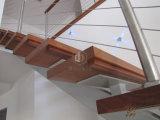 Escalera de acero con la escalera de madera de la pisada