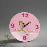 木の正方形の机の蝶目覚し時計