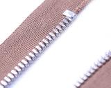 Chiusura lampo del metallo con l'argento di /Shiny del tenditore di colore e di immaginazione di colore rosa della carne, estremità/superiore vicini