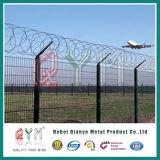 Alta rete fissa dell'aeroporto di Seucirty con il filo a fisarmonica del rasoio