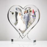 Acrílico del claro a través del marco en forma de corazón superior de la foto de vector
